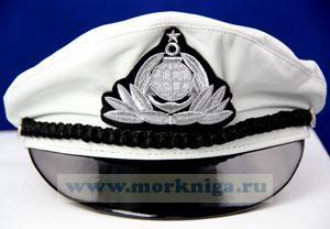 Капитанка кожаная белая с серебристым гербом. Размер 58